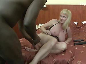 Der Granny den BBC bis zu den Eiern in Arsch geschoben